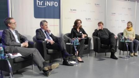 Die Podiumsrunde (v. l.): Holger Schmidt, Gerhard Bereswill, Katja Marx, Prof. Peter Buxmann und Caro North. Foto: © hr / Tina Giotitsa